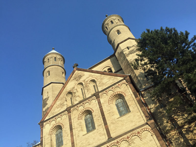 St. Pantaleon in Köln in der Sonne.