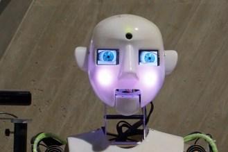 Roboter der singt und Theater spielt