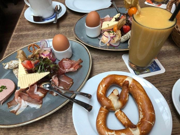 Frühstück mit Brezel und Hopfenschinken