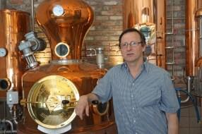 Reinhard Engel bei einer Führung durch seine Brauerei