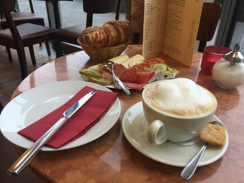 Frühstück im Café