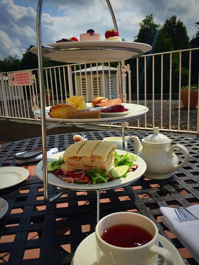 Tee mit Leckereien in England