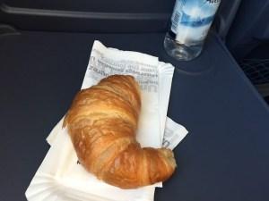 Es war nicht geplant, dass ich auf dem Weg nach Göttingen im Zug frühstücken würde. Allerdings ließ ich mein Frühstück zuhause ausfallen, denn es war noch sehr früh und ich noch voll vom Vorabend. Und dann hatte der Zug leider eine Stunde Verspätung. So wurden Hunger und Durst größer als erwartet. Das Wasser gab's wegen der Verspätung kostenlos, das Croissant habe ich gekauft - ich wollte nur was Kleines. Wohlwissend, dass ein Croissant kalorienmäßig nicht wirklich klein ist.