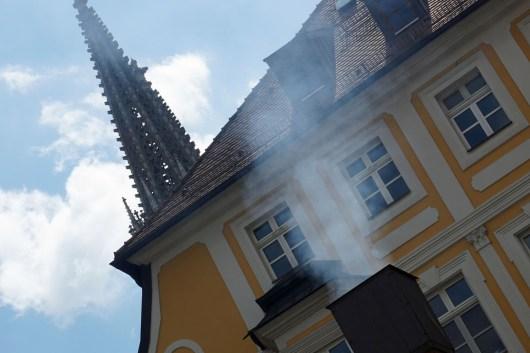 Wenn's qualmt, ist die Wurstkuchl in Regensburg geöffnet