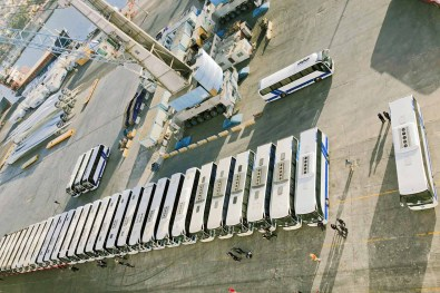 Viele Reisebusse im Hafen in Aqaba