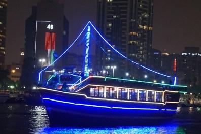 Dhaufahrt nachts in Dubai