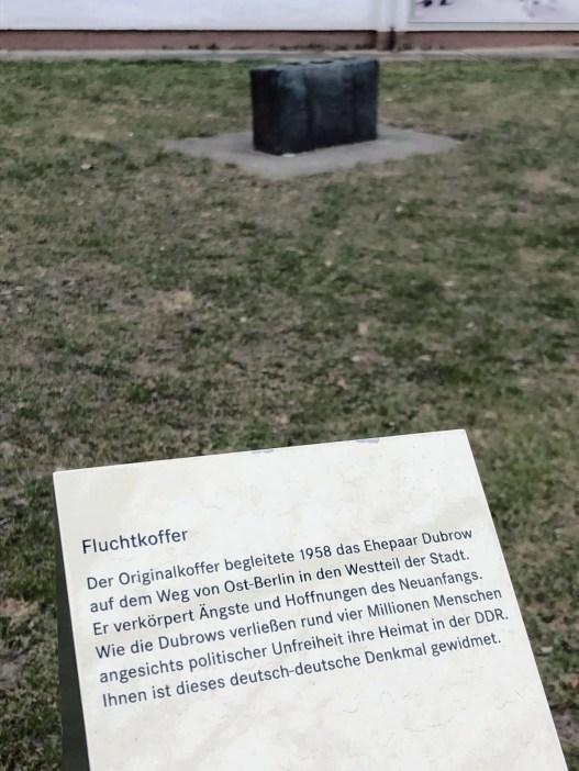 Zur Erinnerung: ein Koffer vor dem Notaufnahmelager in Marienfelde