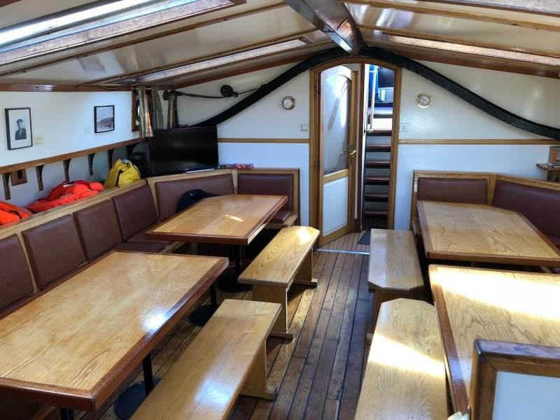Gemeinschaftraum eines Plattbodenschiffs.