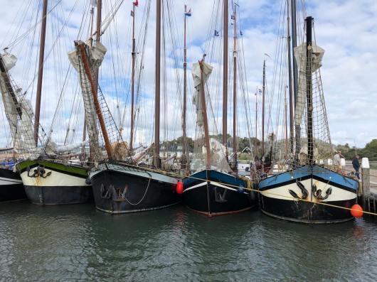 Plattbodenschiffe im Hafen von Vlieland