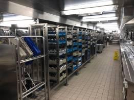 In der Küche eines Kreuzfahrtschiffs: Tausende Geschirrteile