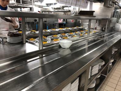 In der Küche eines Kreuzfahrtschiffs: die Dessert-Abteilung