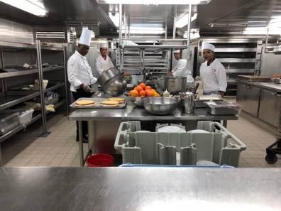 In der Küche eines Kreuzfahrtschiffs: Eine Station mit Köchen