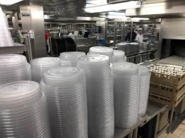 In der Küche eines Kreuzfahrtschiffs: Deckel zum Warmhalten der Speisen