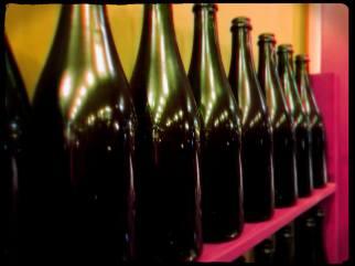 Überall Cava-Flaschen