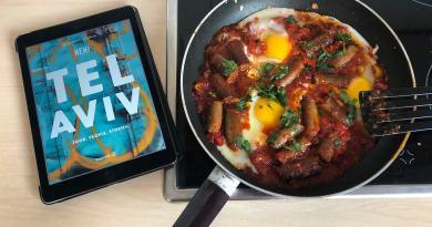 Das Neni-Kochbuch neben einer Shakshuka