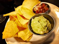Guacamole mit Chips