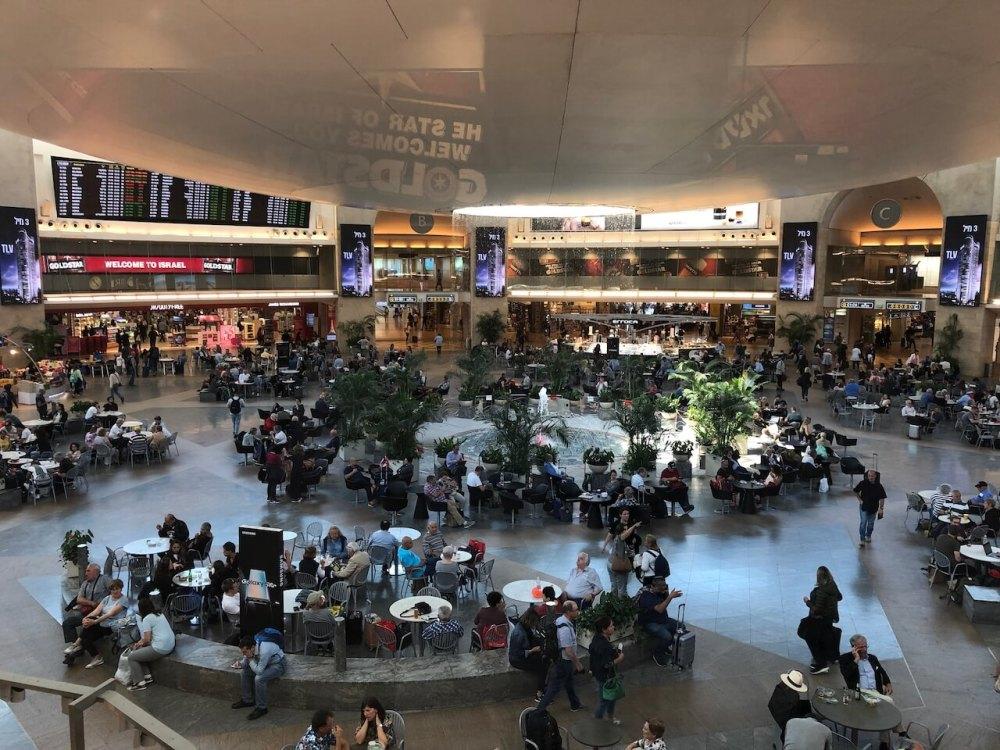 Abflughalle des Flughafens Ben Gurion in Israel