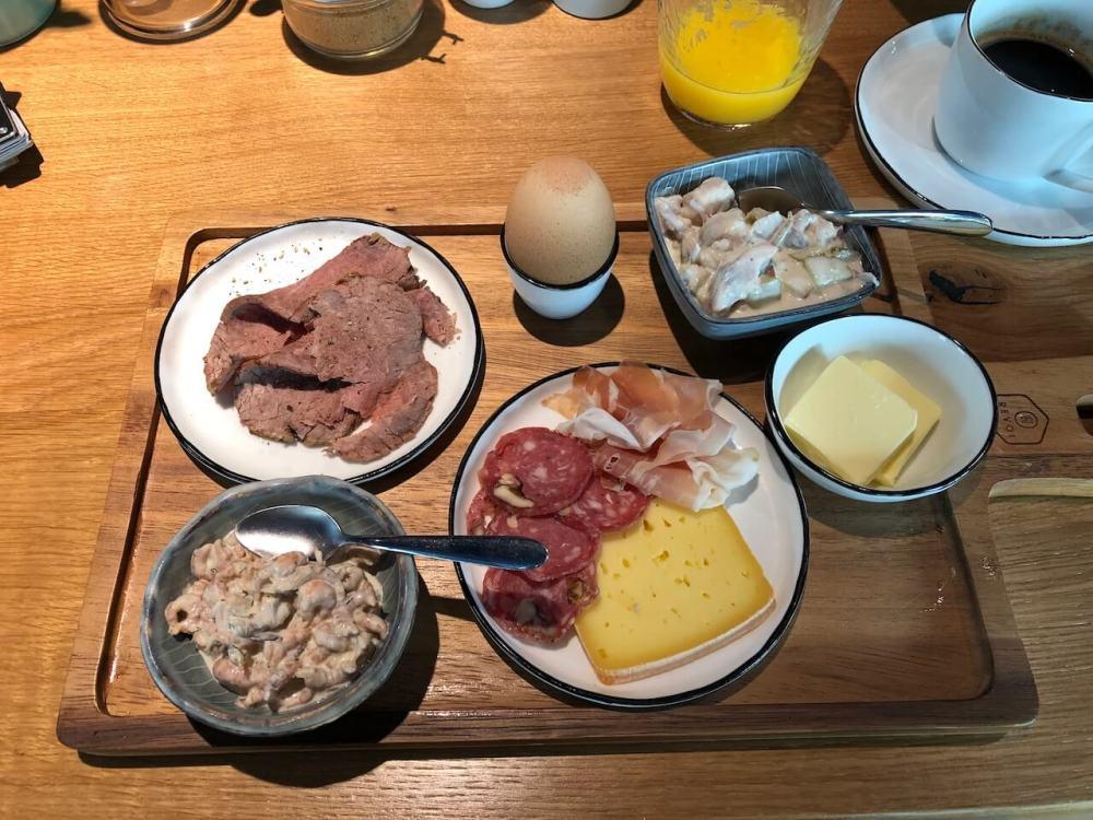 Frühstücksplatte mit Krabben, Wurst, Käse und Ei