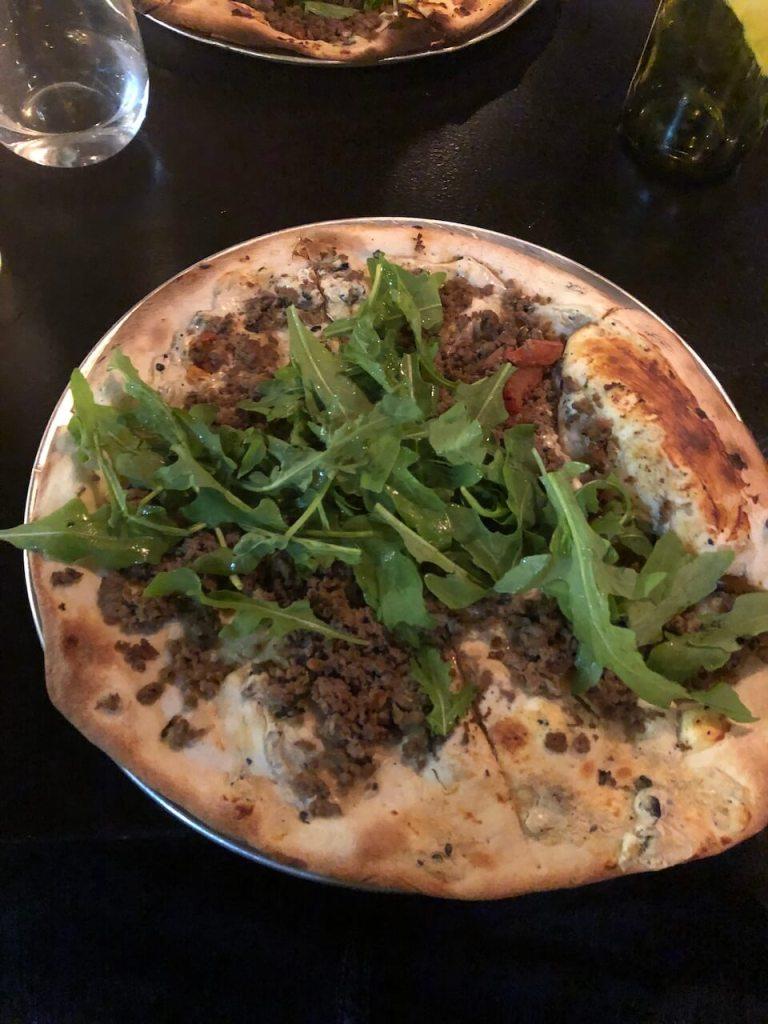 Pizza mit Fleisch und Salat