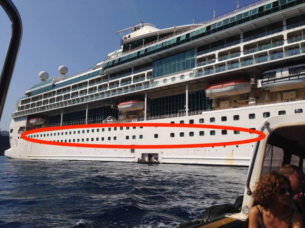 Bei der Splendour of the Seas beispielsweise sind die Außenkabinen die rechteckigen Fenster im Rumpf.