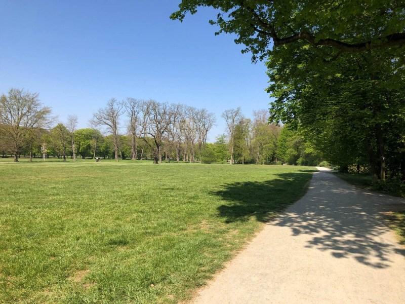 Am Decksteiner Weiher vorbei und durch viel Grün führt die Stadtwanderstrecke vom Beethoven-Park zu den Kanälen