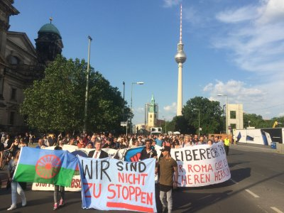 picture of the demonstration against the deportation of Sinti and Roma from Germany