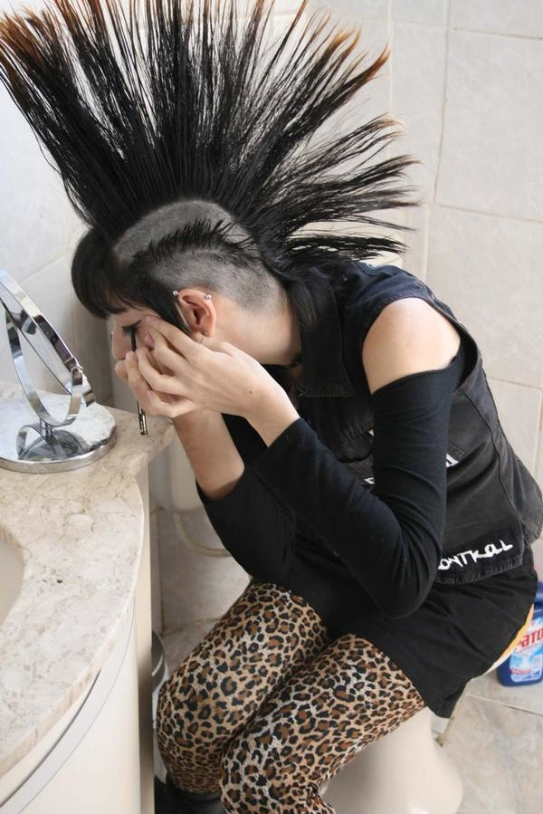 The mohawk hairstyle is derived from the tribe of the Iroquois Confederation with the same name, who plucked the sides of their hair so that the middle grew longer. The version of the mohawk with shaved sides can be credited to Pawnee warriors.