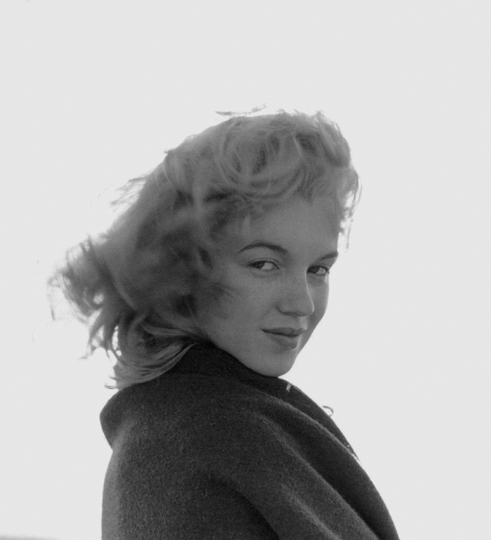 Marilyn Monroe first met de Dienes when she modeled for him for his artistic nude project.