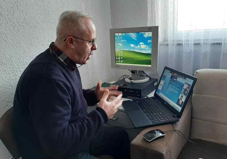 Profesori Fatmir Mehmeti mban Online orën mësimore me nxënësit