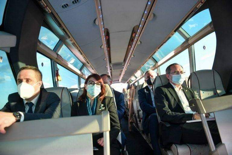 Qeveria Hoti niset me autobus për në Shqipëri