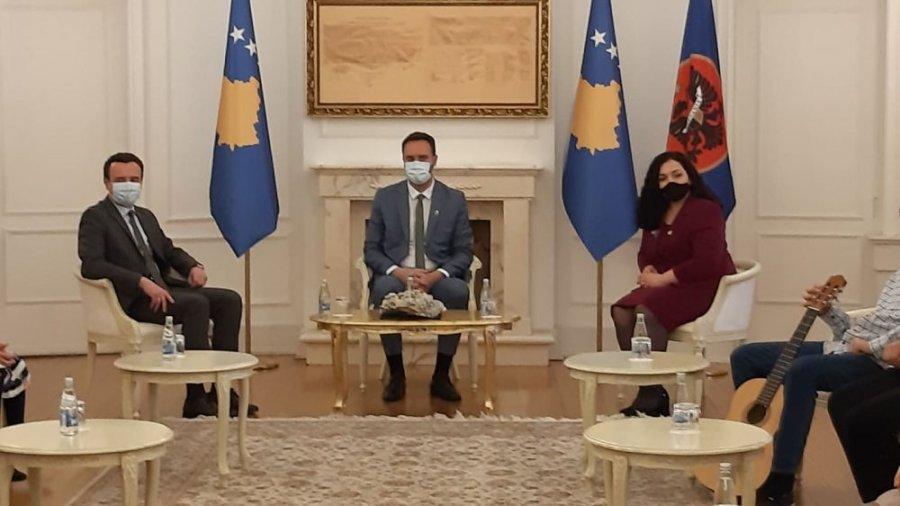 Kurti bëhet bashkë me Osmanin e Konjufcën para nisjes për Bruksel