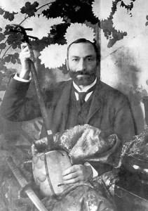 Feliks Jasieński wśród swoich zbiorów sztuki japońskiej