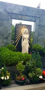 Posąg Dalidy na jej grobie