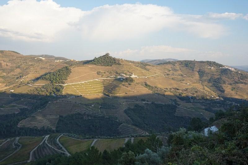 Za tímto kopcem je údolí Vale de Mendiz
