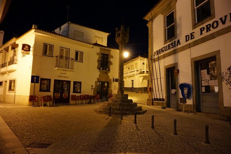 Hlavní náměstíčko s radnicí a café barem