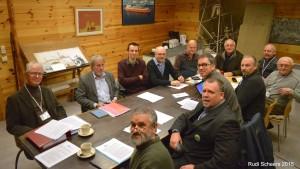 De werkende leden van Op Stoapel in hun lokaal De stuurhut voor de jaarlijkse algemene vergadering