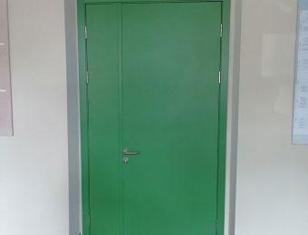 Противопожарная дверь в зеленом цвете