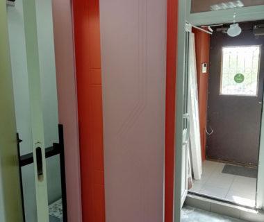 Межкомнатная розовая дверь с вырезом под стекло