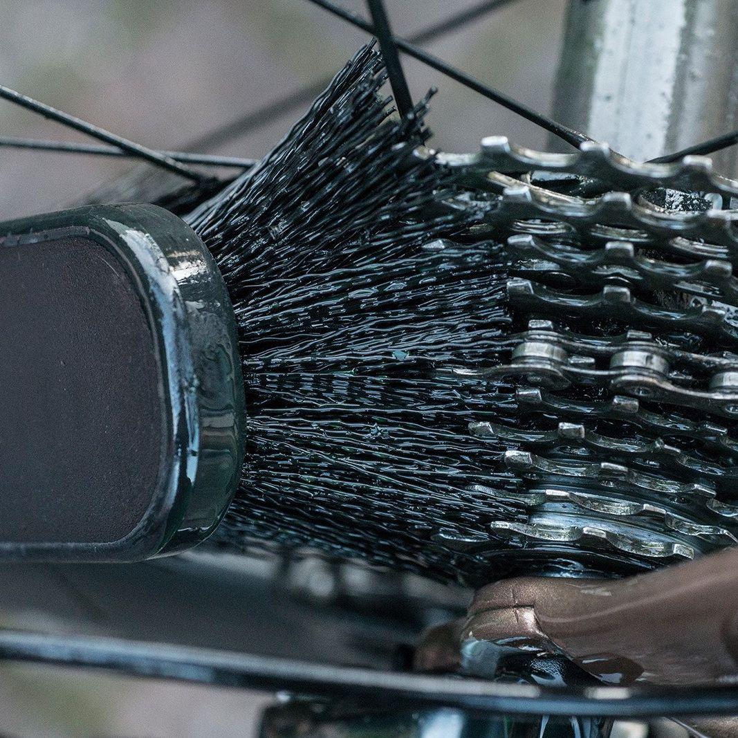 - Muf-Off Tyre & Cassette Brush, ščetka za čiščenje pnevmatik in zobnikov - OPTIBIKE