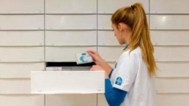 2015-01-20 14:42:36 IJSSELSTEIN - Een medewerker in een Mediq Apotheek. In Nederland zijn ruim tweehonderd apotheken bij de organisatie aangesloten. ANP XTRA ROBIN VAN LONKHUIJSEN