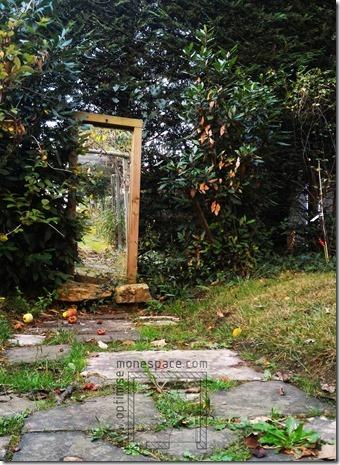 Comment agrandir un jardin : miroir trompe l'oeil jardin
