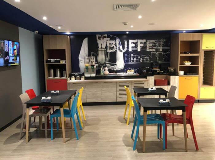 Área do café da manhã no Ibis Budget Petrópolis