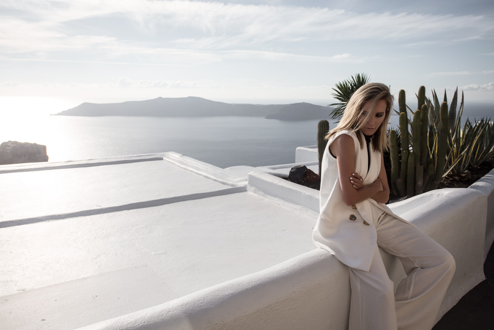 elissa mcgowan, holiday outfit, outfit inspiration, white outfit, santorini, amanda shadforth, oracle fox