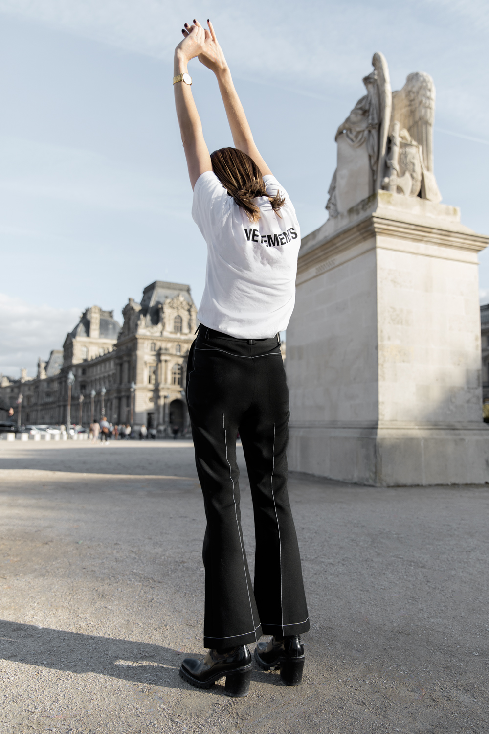 Paris-Outfit-Inspiration-Vetements-T-shirt-Louis-Vuitton-Lourve-Oracle-Fox-Amanda-Shadforth