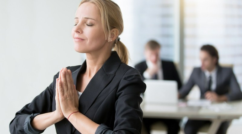mulher fazendo orações poderosas - Oração Para Abençoar o Ambiente de Trabalho