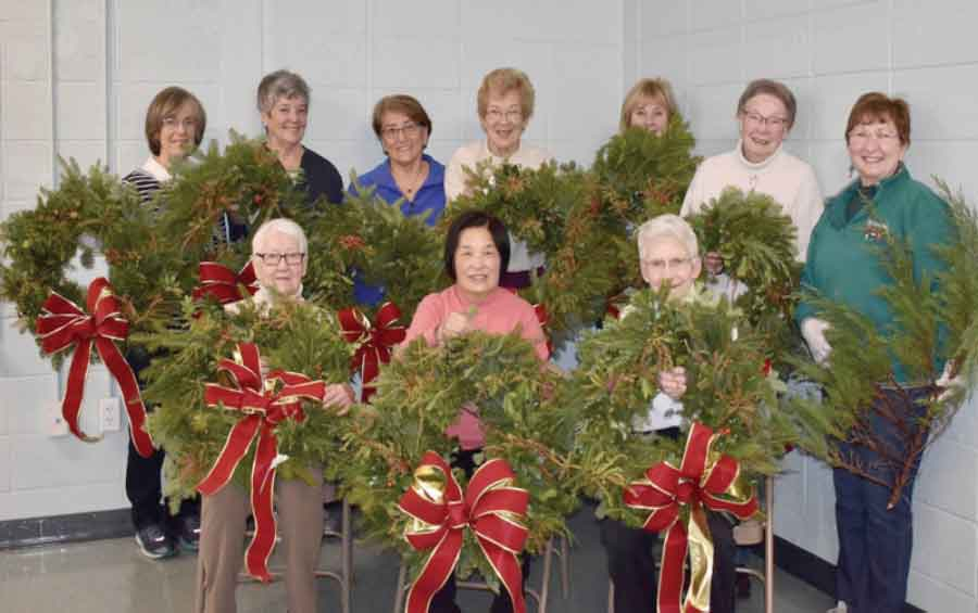 Orange Garden Club Helps Decorate For the Holidays