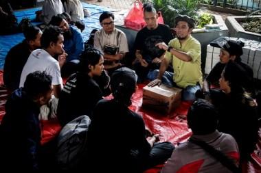 Ustaz Halim Ambiya (kedua Kanan) Memberikan Ceramah Kepada Sejumlah Anak Punk Di Kolong Jembatan Layang Tebet, Jakarta.