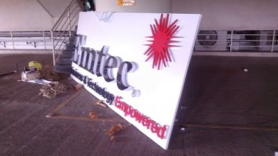 led acp signage, Emtech 3D acrylic and vinyl letters with logo in metal - back glow LEDs - day view profile