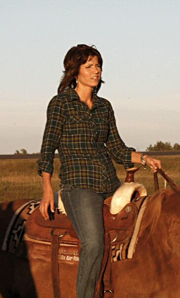 kristi-noem-sd-horseback