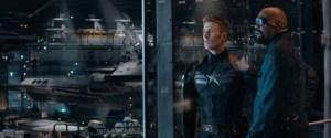Nick Fury (Samuel L. Jackson) viser Captain America (Chris Evans) rundt i sin hemmelige underjordiske hule, hvor militære sci-fi-eksperimenter er på dagsordenen (Foto:  Disney).